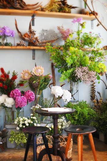 お花に囲まれたカフェは至福のリラックタイムを提供してくれます。