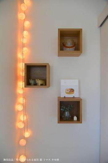 正方形の箱タイプを、ランダムに配置しても可愛いですね。ちょっとしたオブジェやお花を飾ったり、カレンダーを置いてみたり、自由自在に使用可能♪