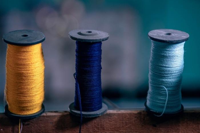 刺繍糸は6本がひとつの束になっています。○本取りと言われ、指定の糸の数を取って刺繍するこちで線の太さが変えられます。伝統柄だけでなく、好きなイラストを刺繍するのもいいですね。