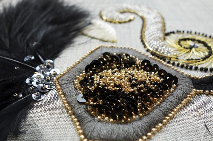 糸以外を使う刺繍も。ビーズやスパンコール、リボンを使う刺繍は異素材の存在感が面白い。