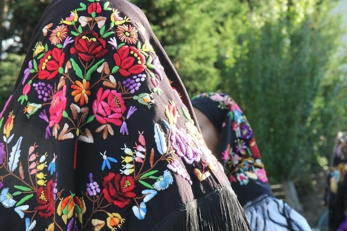 世界中のいろいろな国々で見られる刺繍。それぞれに特徴があり、カラフルなもの、ふくらみのあるもの、幾何学模様みたいなものなど、その国の文化が散りばめられた刺繍は、歴史があり、物語があり、とてもきれいで魅力的です。