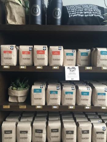 コーヒー豆をはじめ、ショップのロゴ入りのおしゃれなエコバッグや雑貨なども販売しているので、お土産にもオススメです。