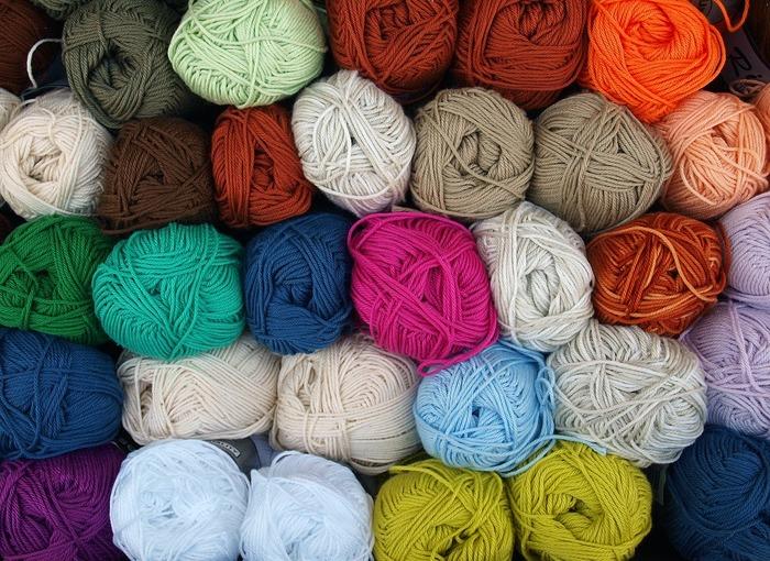 ハンガリー刺繍糸を使います。太い糸で玉のスタイルで売っているものが主流。