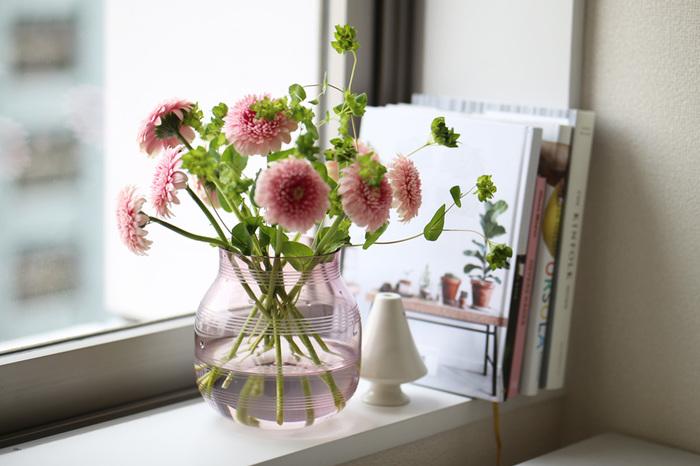 デンマークの製陶メーカー「Kahler(ケーラー)」社の人気のオマジオフラワーベースに、ガラス製が登場。茎や根の様子など植物の生き生きとした姿が見られるガラス製は、夏らしい楽しみ方ができるフラワーベースかもしれませんね。