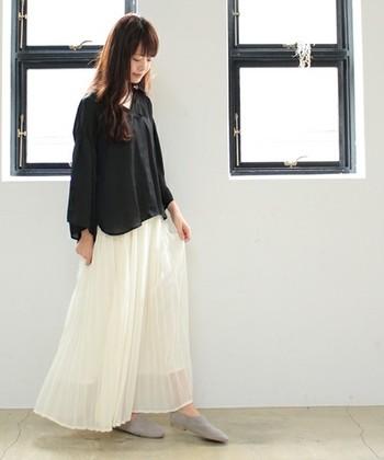 黒シャツ×ロングプリーツスカートのフェミニンなモノトーンコーデに、ライトグレーのバブーシュサンダルを合わせて優しい印象に仕上げています。スリッポンやバブーシュサンダルとしても履ける2WAYタイプは、気分に合わせて使えるのがいいですね。
