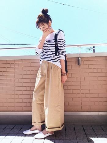 定番のボーダー柄×ワイドパンツのコーデも、足元にバブーシュサンダルを合わせると新鮮ですね。袖や裾をロールアップすると、リラックス&こなれ感を演出できます。