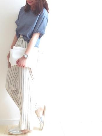 爽やかなストライプ柄が印象的なパンツスタイルに、シルバーのバブーシュサンダルでスタイリッシュさをプラス。フラットなバブーシュサンダルは、トップスINの着こなしでスタイルアップしましょう。
