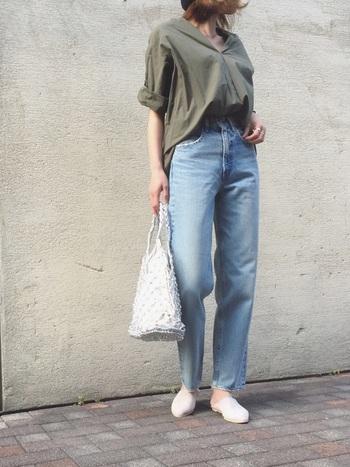 定番のシャツ×デニムコーデも、足元にバブーシュサンダルを合わせることで今年らしい印象に。夏は、白のバブーシュサンダルで爽やかさをプラスして。