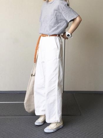 グレーのTシャツに白のコンバース、ワイドパンツを合わせた夏らしい爽やかコーデ。 大きめシルエットでも、ウエストにポイントを置くと少し女の子らしく着こなせます。