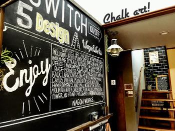 横長のチョークボードを壁一面に貼っています。テクニカルなチョークアートに、ライトやオブジェなどの調和が絶妙!