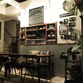 食器棚の上にチョークボードを!チェアやテーブルなどのインテリアと一体になって、まるでcafeのような空間になっていますね。