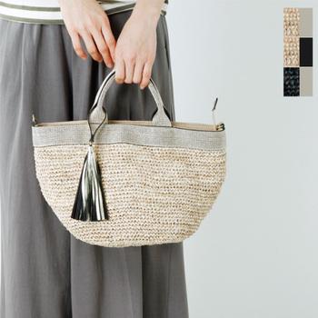 かごバッグはその編み目の透け感が魅力ですが、中身が見えてしまっては気を遣いますよね。こちらは内布がついていて口をジップでしっかり開閉できるので心配がありません。