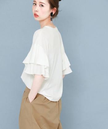 Tシャツですが、袖がフリルになっているだけで、ぐっと女性らしいイメージ。 シンプルな着こなしもサマになるアイテムです。