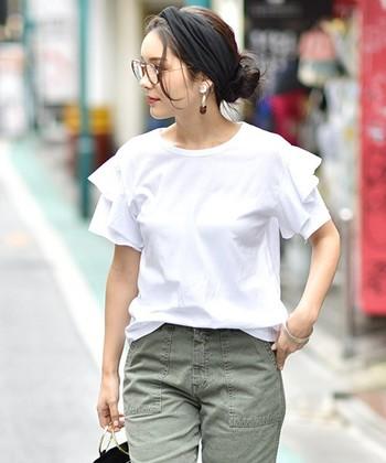 ブラウス感覚で着れる、袖フリルのTシャツ。 カーゴパンツなど、カジュアルなアイテムと合わせると、カンタンに甘辛コーデのできあがり。