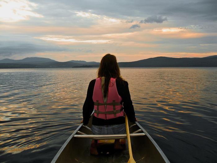 湖近くのグランピングならカヌー、川ならラフティングもおすすめです。自然をより身近に感じることができますよ。