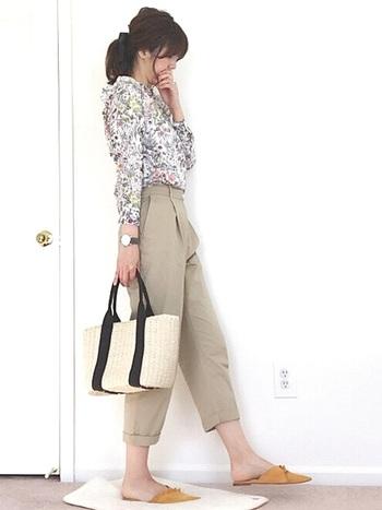 花柄のシャツ×クロップドパンツにバブーシュサンダルを合わせたフェミニンコーデ。マスタードカラーのバブーシュサンダルは、派手になりすぎず程よくコーデのアクセントになってくれます。