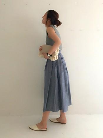大人フェミニンなスカートスタイルに、バブーシュを合わせてリラックス感をプラス。落ち着きのあるブルーグレーやアイボリーで品良くまとめています。
