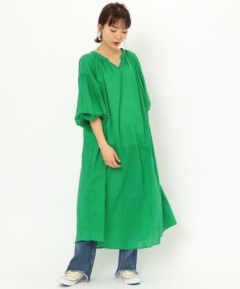 色鮮やかな緑色のボリューミーなロングワンピース。デニムと合わせたり一枚で着てベルトを締めたり、いろんな着こなしができます。目にも優しい緑は、周り人も爽やかな気持ちにさせてくれますね。