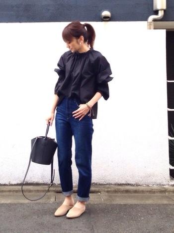 黒×インディゴブルーでまとめたシックなデニムスタイルの足元に、バブーシュサンダルをプラス。ヌーディーカラーのバブーシュサンダルは、ダーク系コーデに軽やかさと大人っぽさを演出してくれます。