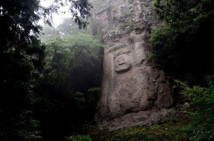 豊後高田市にある【熊野磨崖仏(くまのまがいぶつ)】は、平安時代後期に作られた磨崖仏で国の重要文化財。ユニークな表情が印象的。