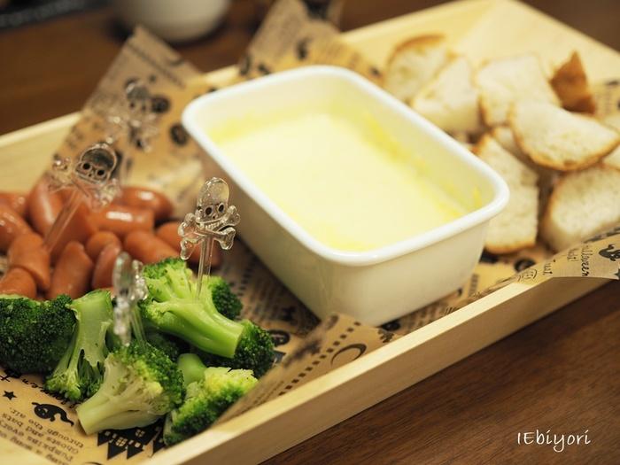 チーズフォンデュのチーズを野田琺瑯で溶かして、そのままテーブルへ。チーズフォンデュ用の鍋が無くても、手軽にチーズフォンデュが楽しめますね。
