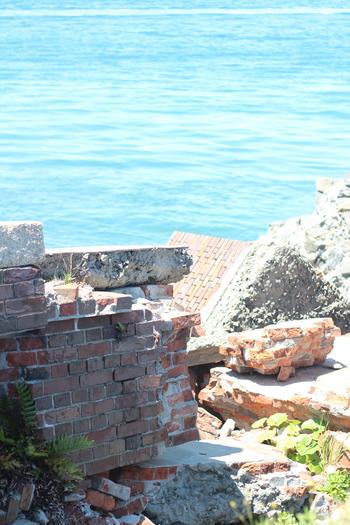 旧日本軍の砲台跡も見られます。島の上から見る海の景色もすばらしいの一言です。そんな歴史を感じる物語のような離島で、バーベキューやキャンプ、釣りを楽しんでみてはいかがでしょうか?