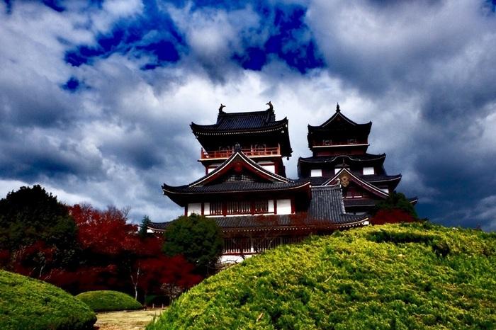 今回のコースの起点、京阪「伏見桃山駅」から伏見桃山城へ。元禄時代あたりまでは桃の木が植えられていたことから【桃山城】と呼ばれるようになったのだとか。