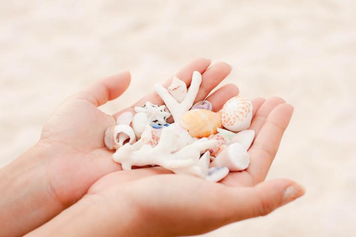白い砂浜できれいな貝殻やシーグラスを集めて、ハンドメイド作品を作ってお土産にしてみるのも楽しそうですね!