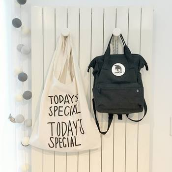 素材別バッグのお手入れはいかがでしたか?その日に使ったバッグは、帰宅したら軽くブラッシングしたり、乾拭きしたりする習慣をつけておくと汚れが蓄積しにくくなります。