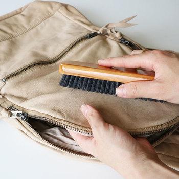 乾拭きのほか、やわらかな毛のブラシでそっとブラッシングしてあげるのもいいですね。ただし、表面が艶やかなタイプの革はブラッシングは避けるようにしましょう。