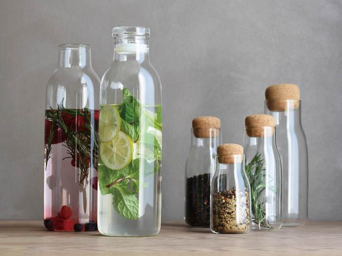 インテリアとしても見栄えのするボトル型のカラフェ。テーブルウエアを企画開発するKINTOの「BOTTLIT(ボトリット)」という新シリーズです。華やかなフレーバーウォーターなど、おもてなしのテーブルにも使えるスタイリッシュなガラスのボトルです。