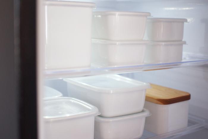 野田琺瑯「ホワイトシリーズ」の保存容器。 ごちゃついて生活感が出やすい冷蔵庫の中も、おしゃれな真っ白の琺瑯ですっきりと整理できると人気です。