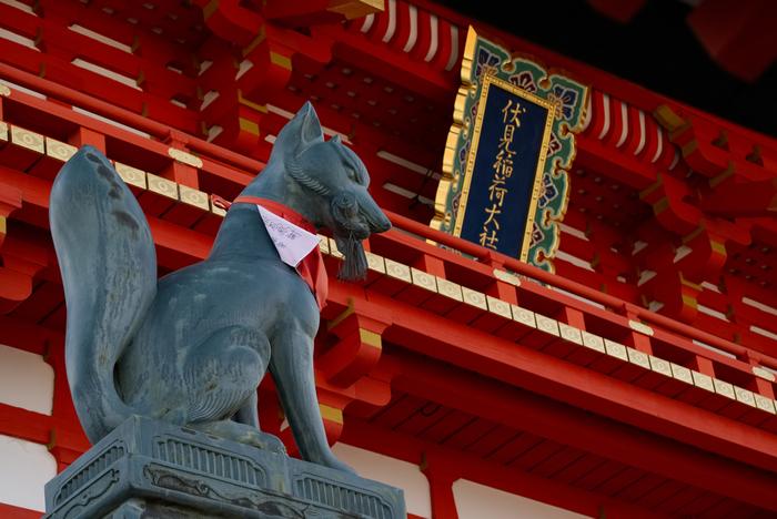 やがて千本鳥居を抜けると、より一層鮮やかな朱色のご本殿へ。お参りを済ませたら・・・ゴールの京阪「伏見稲荷駅」を目指します。