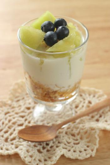 マスカルポーネとヨーグルトを混ぜて、アイスよりも甘さ控えめでさっぱりとしたパフェに。メロンやブルーベリー以外に、季節のフルーツで作っても◎