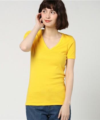 レモンのような発色がきれいでおいしそうな「プチ・バトー」の黄色のTシャツ。着心地のよい上質な綿素材で体を優しく包み込んでくれます。