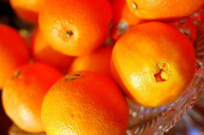 ポジティブで明るいイメージを放つ『オレンジ(橙色)』は、オープンで社交的になりたいときにぴったりの色。南国カラーでもあるオレンジは、夏らしい開放的な気分にさせてくれます。