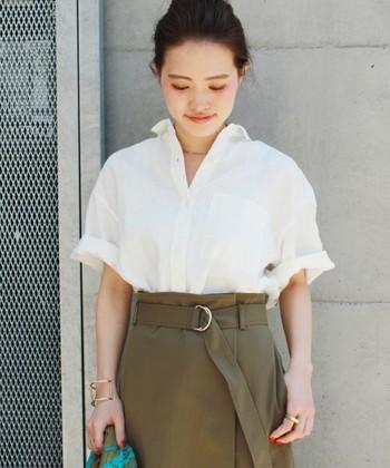 抜き襟の方法はとっても簡単です。お持ちのシャツですぐにできますよ。まずはシャツのボタンを開けて・・・