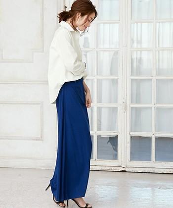 シャツをINすると、ロングスカートやワイドパンツもすっきりとバランスよく着こなせます。