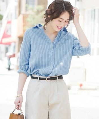 シャツは『ロールアップ(袖まくり)』して腕や手首を見せると、抜け感が出て女性らしさが引き立ちます。【抜き襟+ロールアップ】の組み合わせのシャツスタイルは、ぐっとこなれた印象のシャツスタイルに仕上がりますよ。