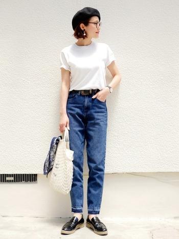 白Tシャツにブルーデニムを合わせたシンプルな着こなしですが、 時計や帽子の小物使いで、フレンチシックな雰囲気にまとめています。 首元の詰まったTシャツの場合、あえてネックレスをしないのがスッキリみせるポイント。