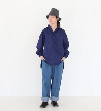 """男女どちらでも着る事ができる""""ユニセックス""""なデザインの洋服は、女性が着ると知的でカッコイイ印象に。男性が着ると清潔感のある柔らかな雰囲気に仕上がります。"""