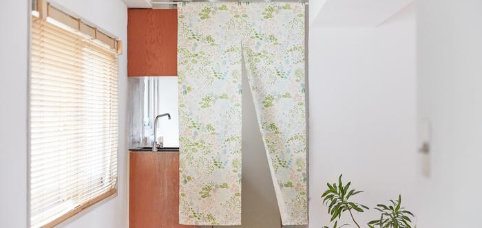 キッチンの仕切りに。インテリアや壁との相性を考えて、色や柄を選ぶのも楽しそう。