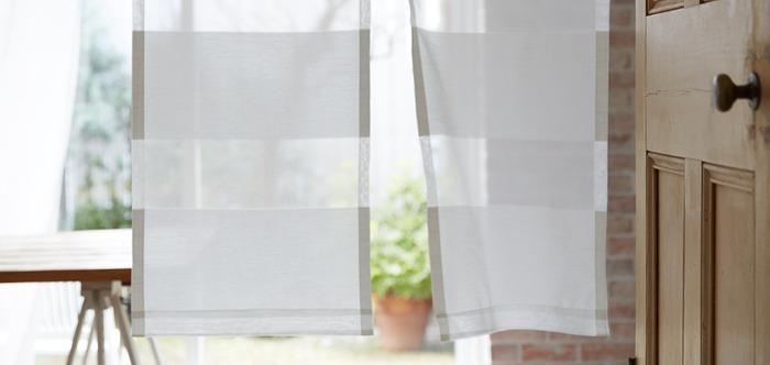 カーテン代わりに吊るしたのれん。夏は風通しがよく、見た目も涼しげなので重宝しそうです。