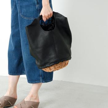 全面柳素材のかごバッグだと衣服に固く引っかかりやすい難点もありますが、異素材ミックスのワンポイント使いで、使いやすく工夫されています。