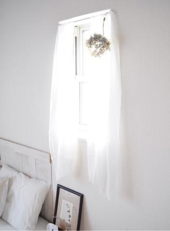 白で統一されたお部屋に、ガーゼののれんがぴったり。一気に柔らかい雰囲気になりますね。
