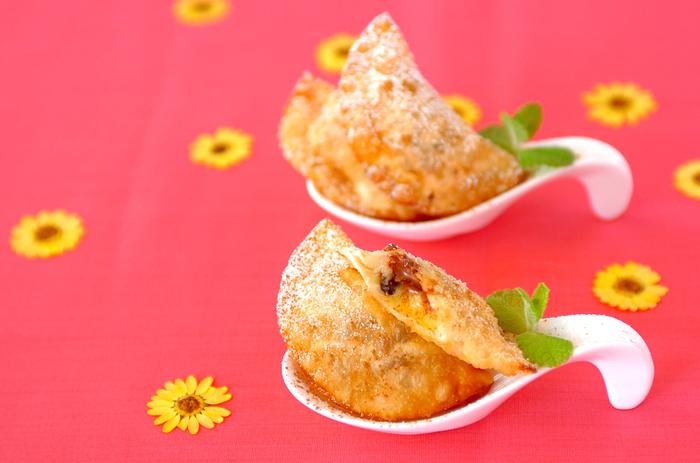 バナナ、レーズン、チョコ、カスタードが入ったデザート餃子♪考えただけでも美味しそうな組み合わせです*キツネ色になるまで揚げ、最後に粉砂糖、シナモンを振れば出来上がりです。