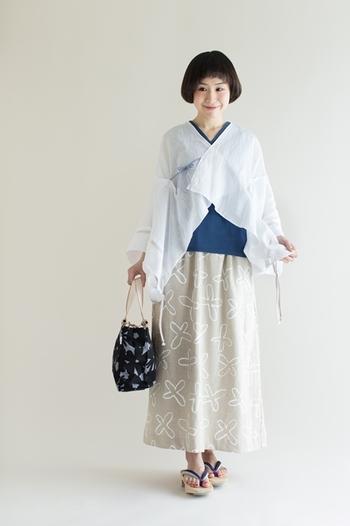 「双筒衣」とは、二枚(双)の生地を合わせて制作した筒状のスカートのこと。ウエストはゴム&紐仕様になっているから、履き心地もラクです。