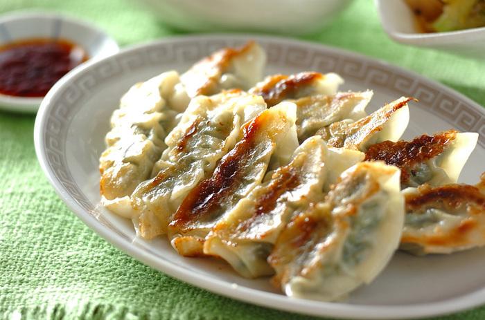 ホウレン草一束入りのヘルシー餃子*鉄分もたっぷりで女性に嬉しいレシピです。下準備でしっかりと水気を絞っておきましょう。