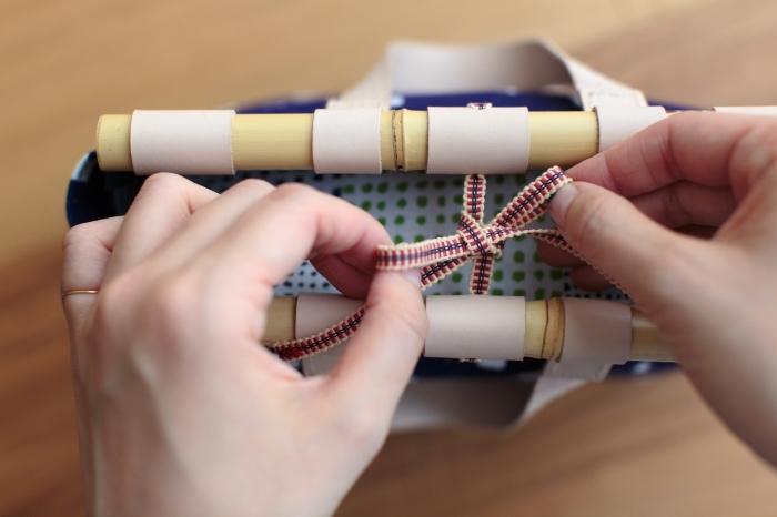 伊勢木綿の目隠し布が付いているからかばんの中身が見えてしまう心配なし。口を結ぶすみや謹製の真田紐がいいポイントに。