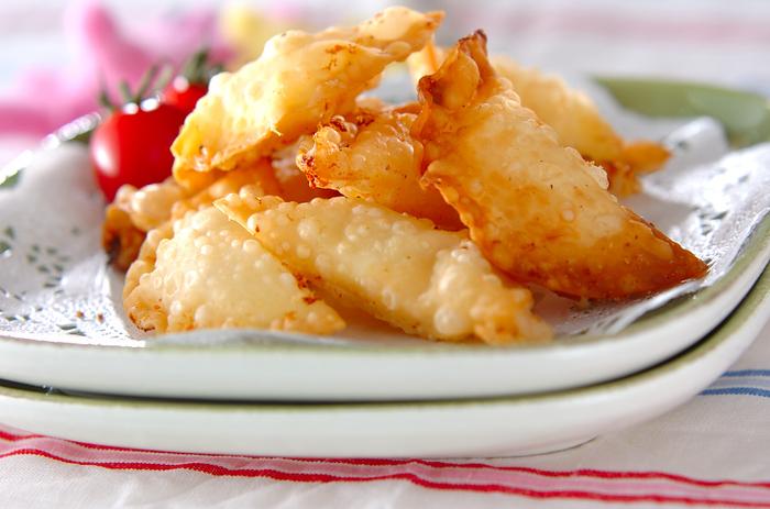 みんなが大好きな餅揚げ餃子レシピはマスターしておきたい一品♪お餅とチーズを餃子の皮分切り分け、しょうゆ又はスイートチリソースを塗って包みます。アツアツのうちにいただきましょう*